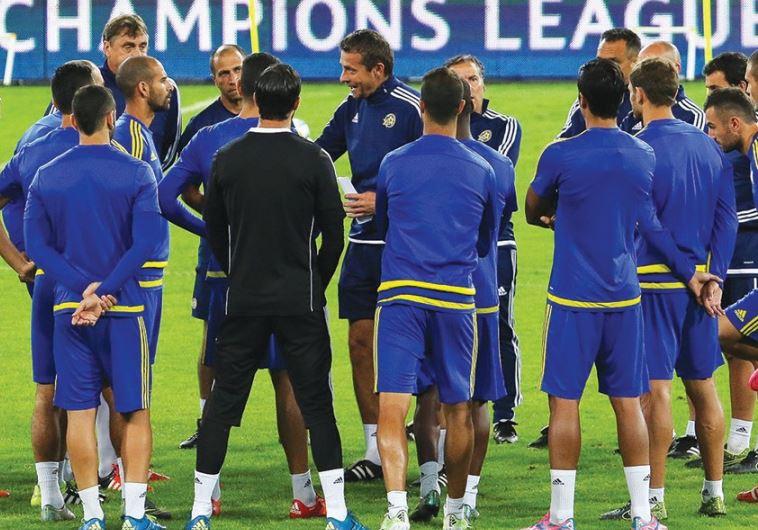 Maccabi Tel Aviv coach Slavisa Jokanovic (center) talks to his players at a training session