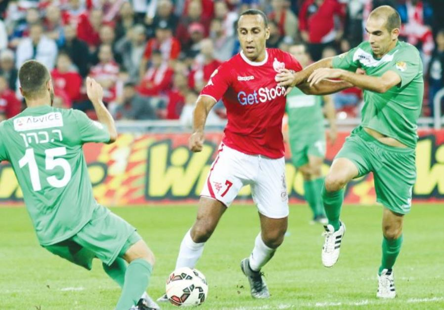 Hapoel Beersheba midfielder Maharan Radi (center)