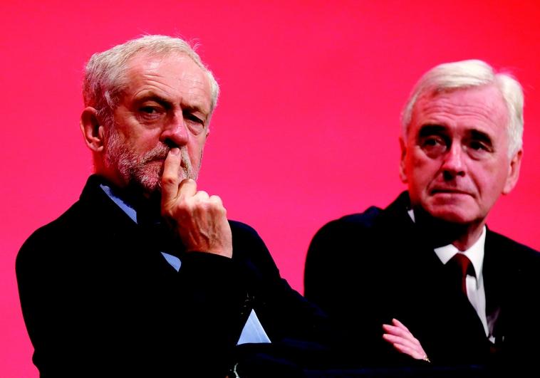 Jérémy Corbyn (à gauche)