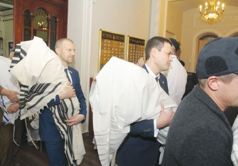 UKRAINIAN OFFICIALS return the Torah scrolls to the Brodsky Choral Synagogue in Kiev on Thursday.
