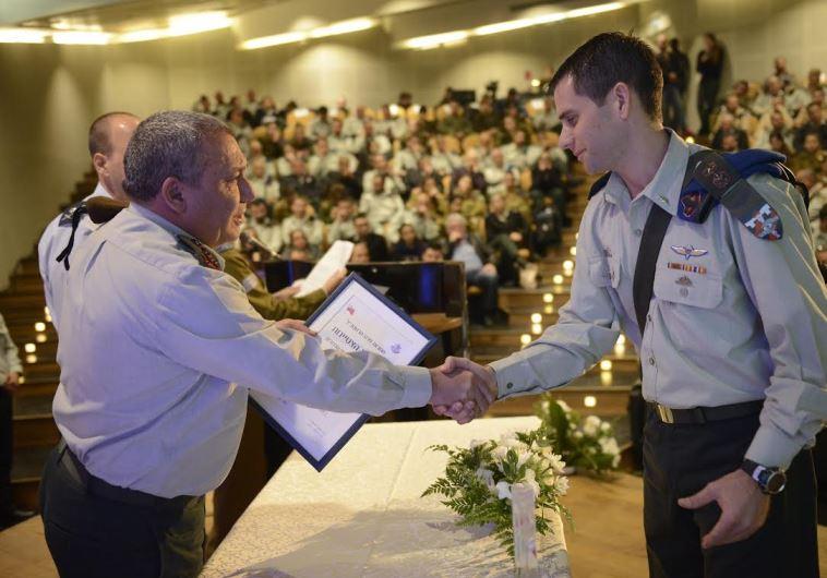 Eisenkot handing out an award, December 28, 2015