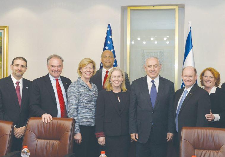 Prime Minister Benjamin Netanyahu and US Ambassador Dan Shapiro (left) pose with US Democratic senat