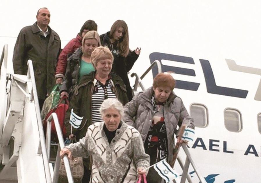 Olim from Ukraine disembarking from an IFCJ flight.