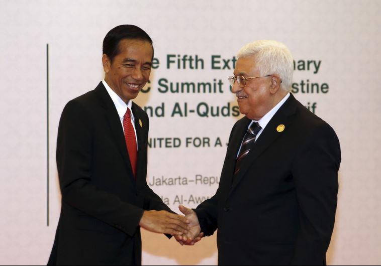 Indonesian President Joko Widodo (L) welcomes Palestinian President Mahmoud Abbas