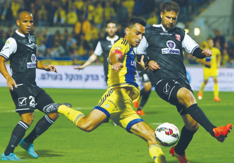 Maccabi Tel Aviv captain Eran Zahavi (center) scored the only goal in last night's 1-0 win over Bnei