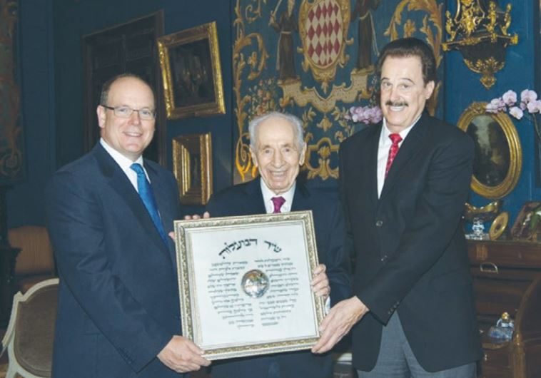 THE PRINCE of Monaco (left) receives an award from former president Shimon Peres and Friends of Zion