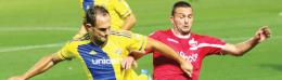 Maccabi Tel Aviv defender Carlos Garcia (left) and Hapoel Beersheba striker Ben Sahar battle for the