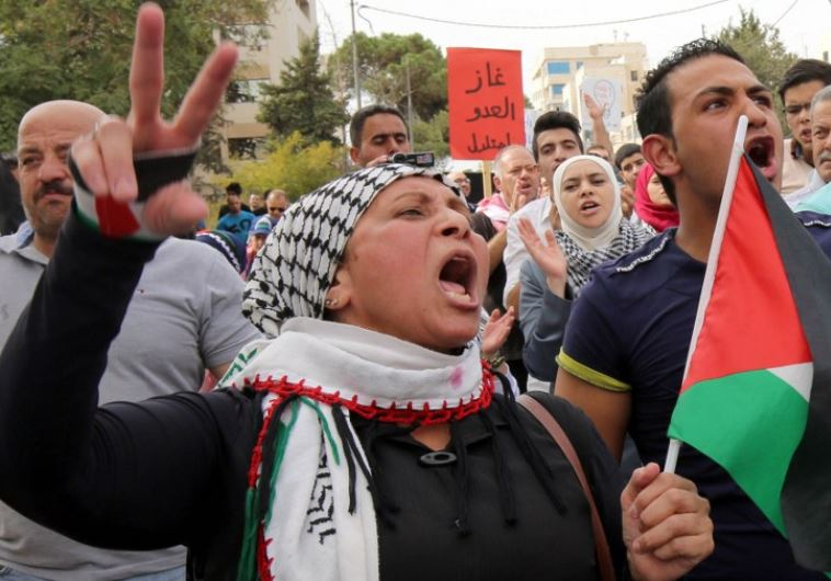 Jordanian protesters wave the national and Palestinian flags in Amman