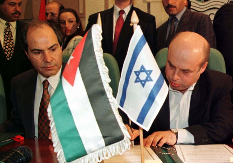 Israeli Trade Minister Natan Sharansky (R) signs an agreement to expand economic ties with Jordan wh