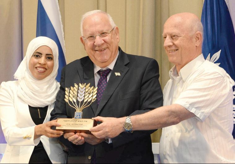 PRESIDENT REUVEN RIVLIN with volunteers from Ohel Hamitnadvim.