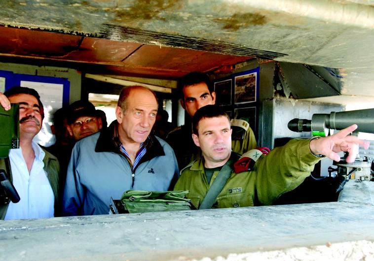 Gal Hirsch et Ehoud Olmert à la base de Biranit