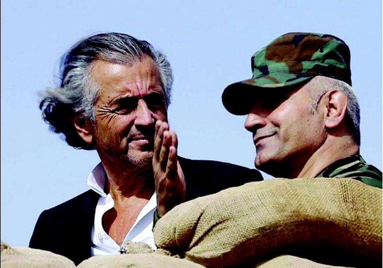 Bernard-Henri Lévy avec un combattant kurde