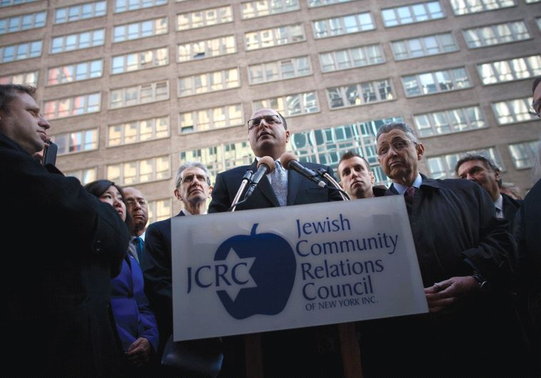 FORMER CONSUL-GENERAL Ido Aharoni speaks at a press conference of city officials in support of Israe