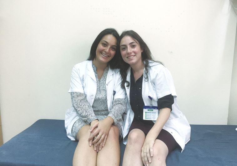 Deux jeunes volontaires du programme Chirout Leoumi Torani