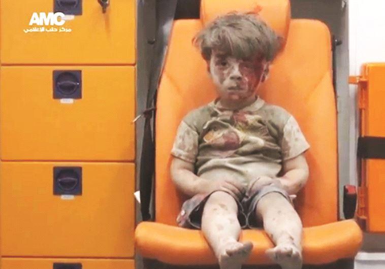 Le petit Omran sorti ensanglanté des décombres de sa maison