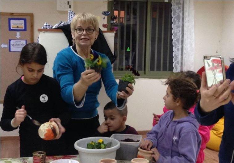 Des enfants encadrés par les bénévoles