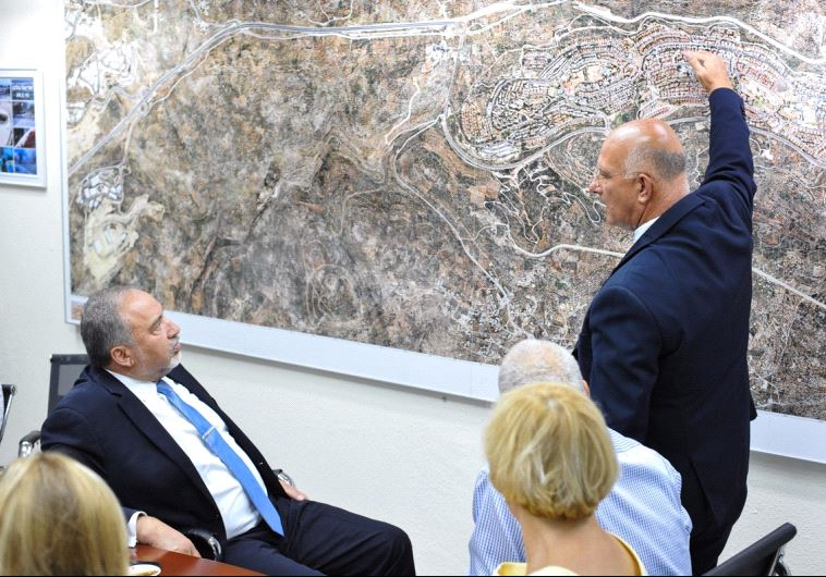Avigdor Liberman discusses a map of Ariel with the city's mayor.
