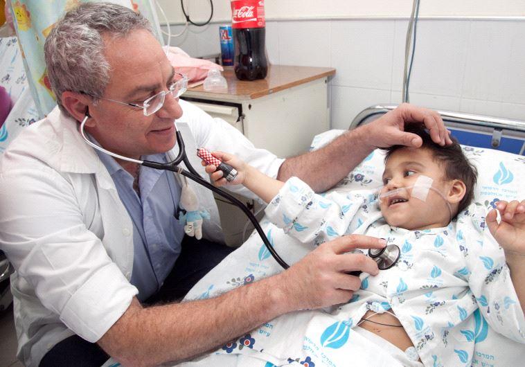 Le docteur Sasson examine un petit garçon roumain