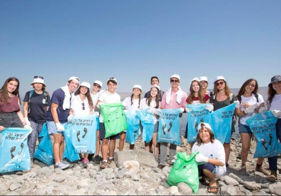 KKL-JNF, Australian Embassy and teens cleaning-up and collecting garbage at the Kinneret on Sunday w