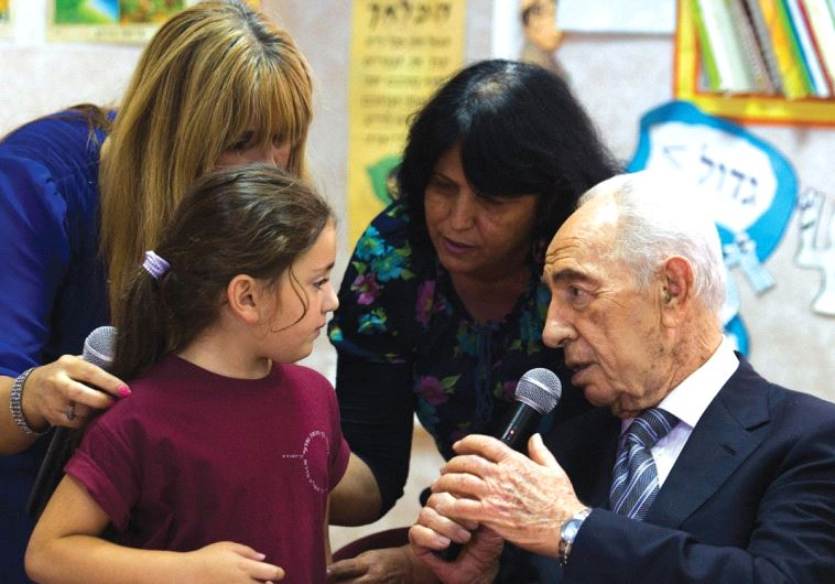 PRESIDENT SHIMON PERES speaks with a first-grader in Sderot.