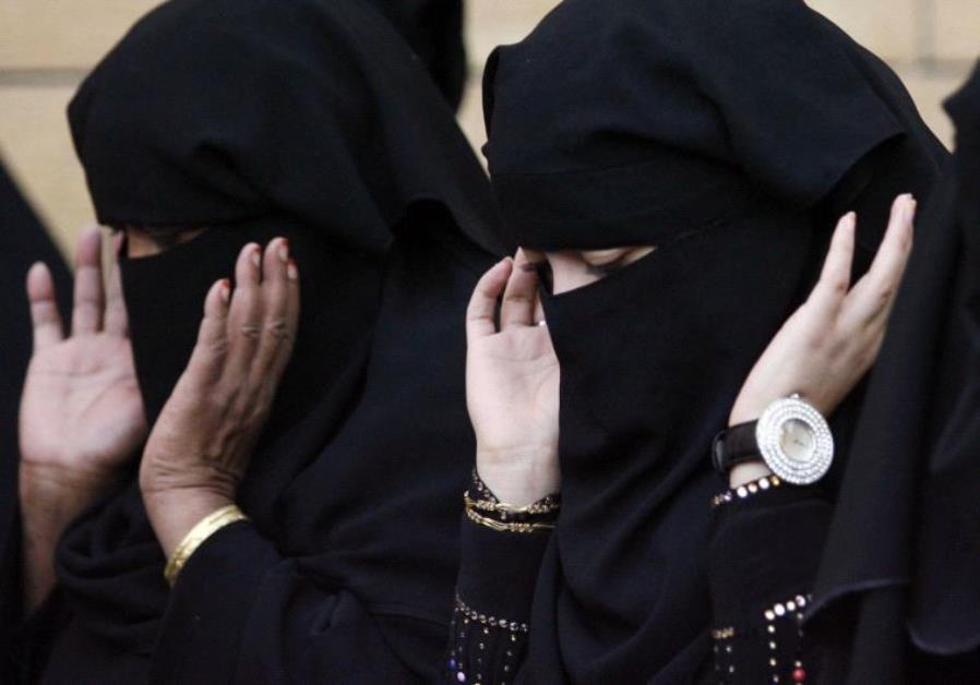 Saudi Arabia - Women praying