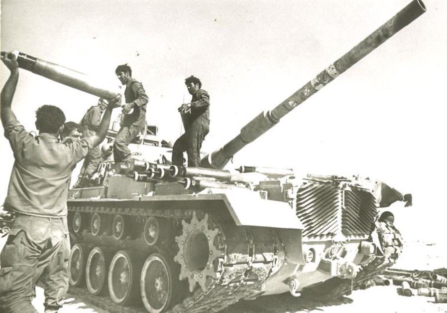 Des soldats postés le long du canal de Suez