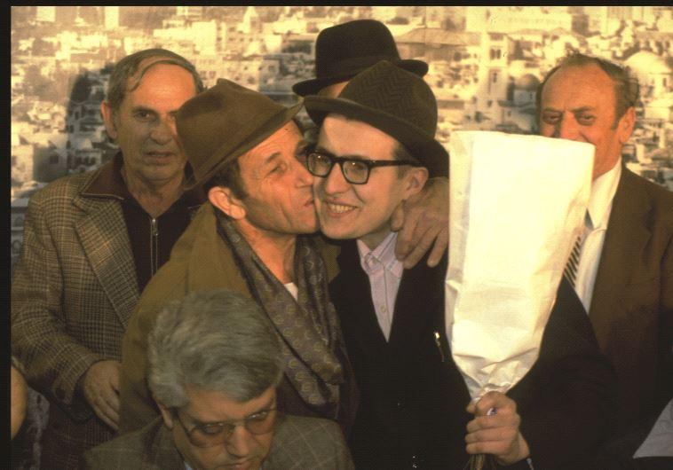 L'ancien refuznik Yosef Mendelevich accueilli à l'aéroport Ben-Gourion par le ministre David Levy (à