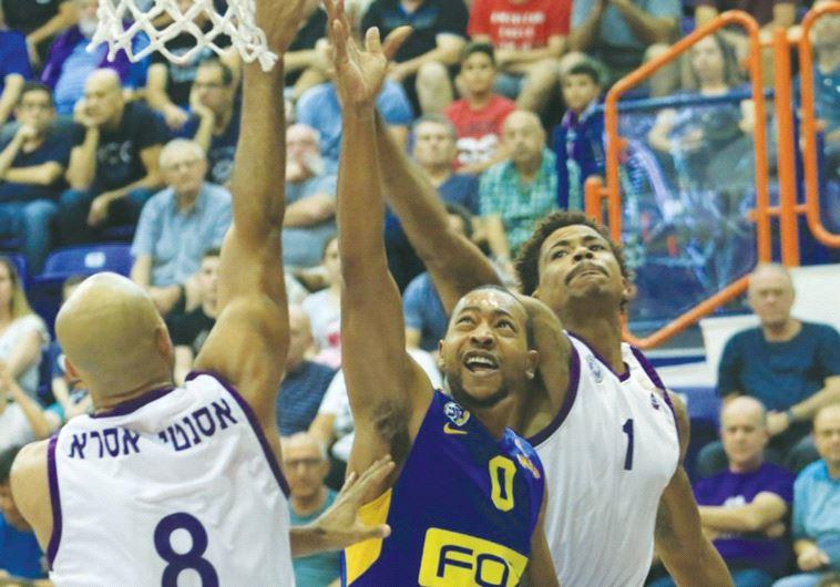 Maccabi Tel Aviv guard Andrew Goudelock (center)