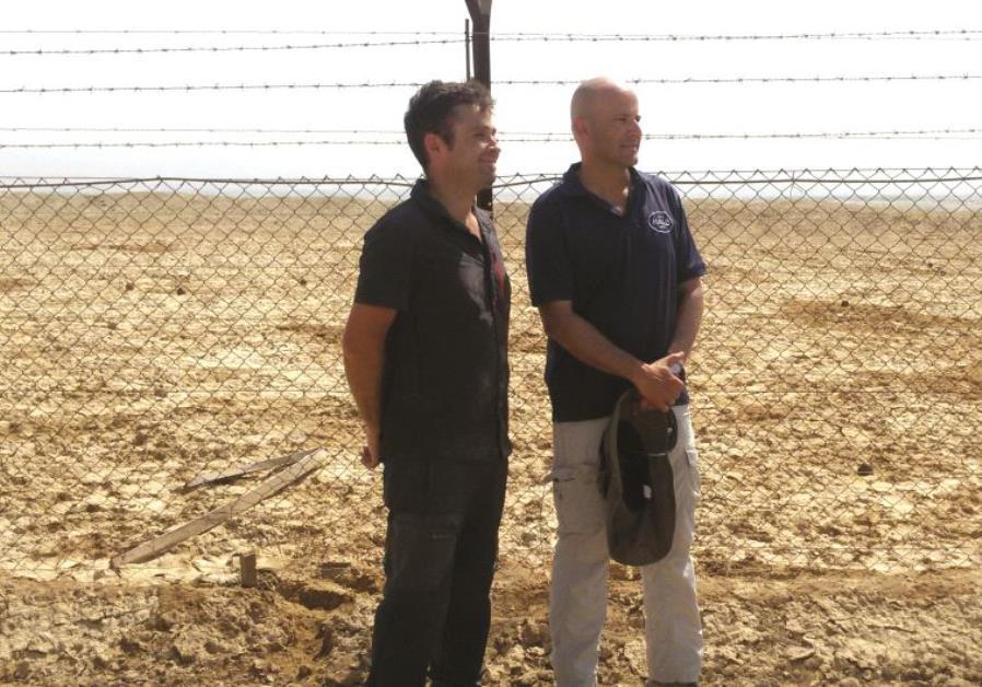 Michael Heiman (à gauche) et Ronen Shimon devant le champ de mines de Qasr el-Yahud