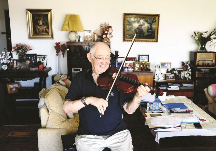 Yonatan Rosen joue sur le violon de sonpère Moshe Rosenzweig, auteur de ces partitions composées en