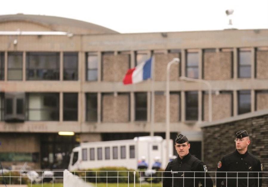 Des policiers en faction devant un bâtiment