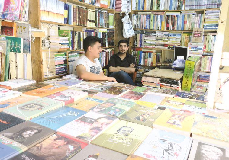 Une librairie kurde où se cotoient divers ouvrages
