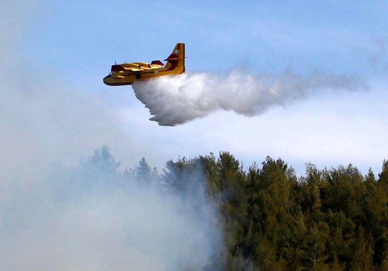 A firefighting plane from Greece fights a wildfire over a forest near Jerusalem November 24, 2016. (REUTERS/Ronen Zvulun)