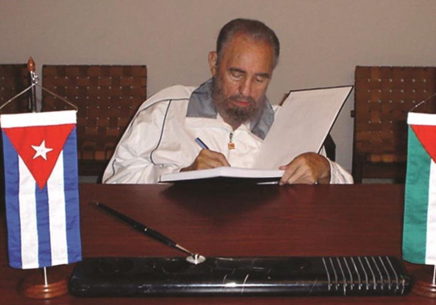 Fidel Castro signe le registre de condoléances de Yass