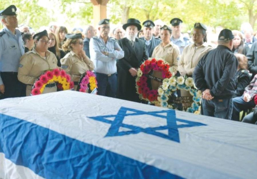 MOURNERS PAY their respects to IAF Brig.-Gen. (res.) Ran Pekker at his funeral in Kfar Vitkin