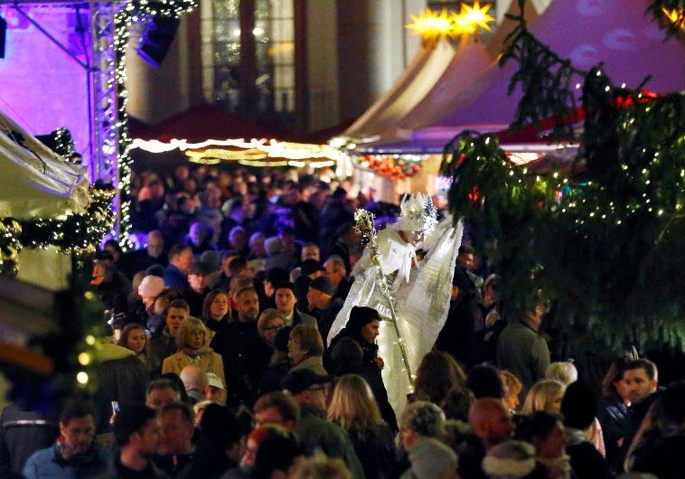 Illustration: people visiting Christmas market in Berlin