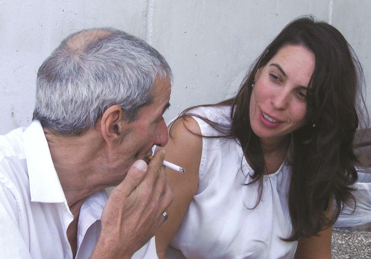 L'assistante sociale Nati Ardan avec Avraham Farchi