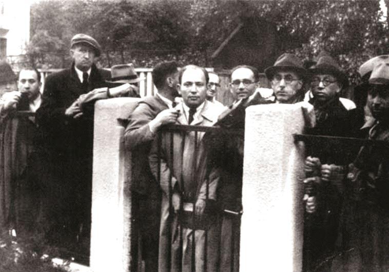 Réfugiés juifs en attente de visa devant le consulat japonais à Kauna