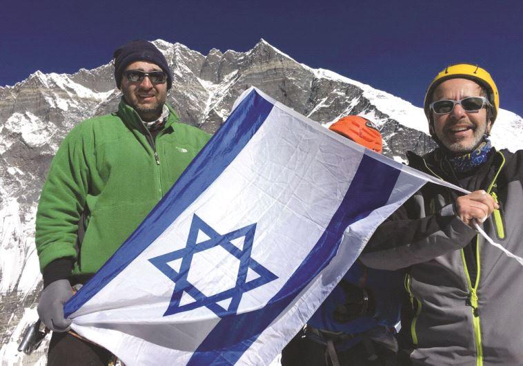 Le drapeau israélien au sommet de l'Everest
