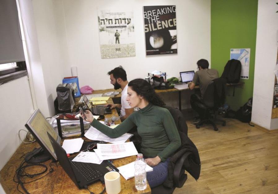 Dans les bureaux de l'ONG Chovrim Chtika à Tel-Aviv