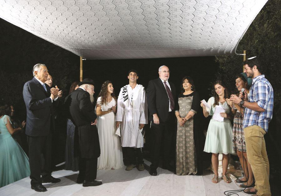 Aviva Lipsitz était maître de cérémonie au mariage de sa sœur Ilana, en présence du Rav Steinsaltz