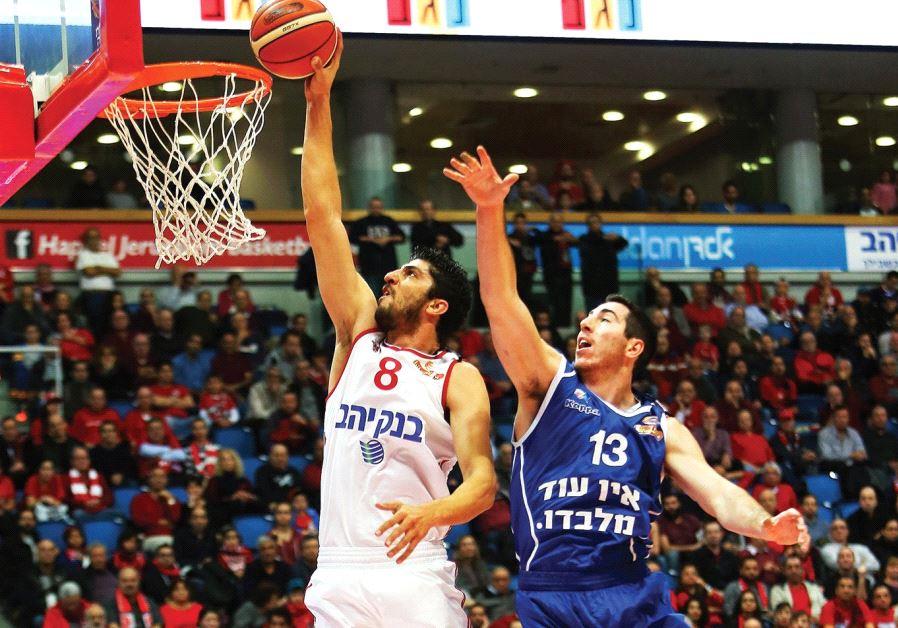 Hapoel Jerusalem forward Lior Eliyahu (left)