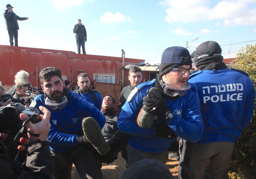 Forces evacuate Amona synagogue