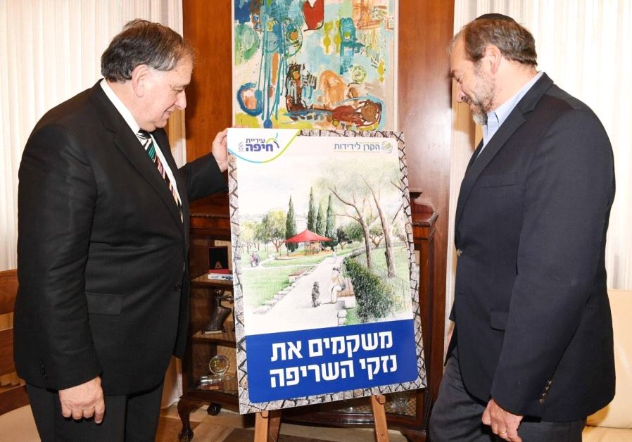 The Fellowship's Rabbi Yechiel Eckstein and Haifa Mayor Yona Yahav look at an artist's rendition of