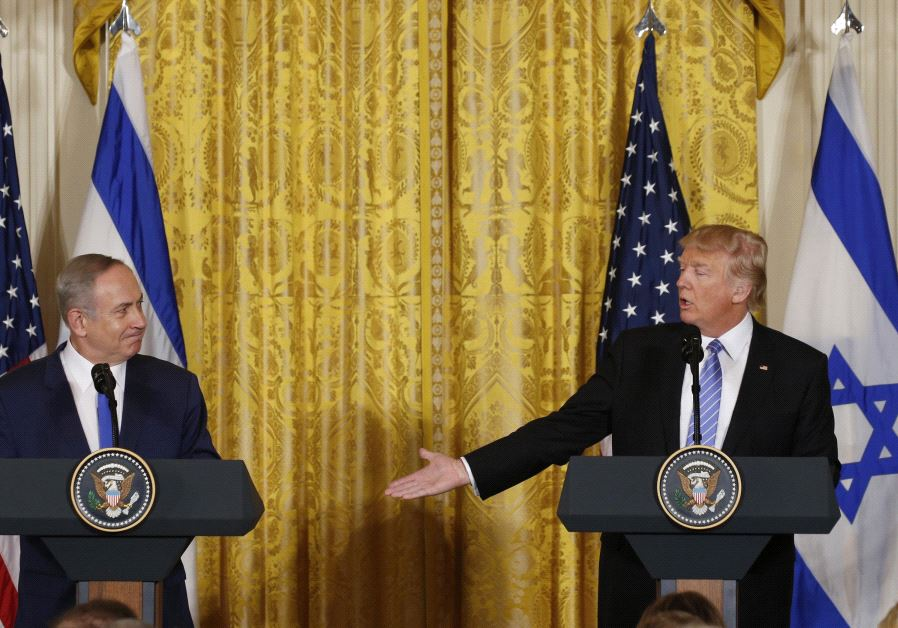 US President Donald Trump (R) acknowledges Israeli Prime Minister Benjamin Netanyahu.
