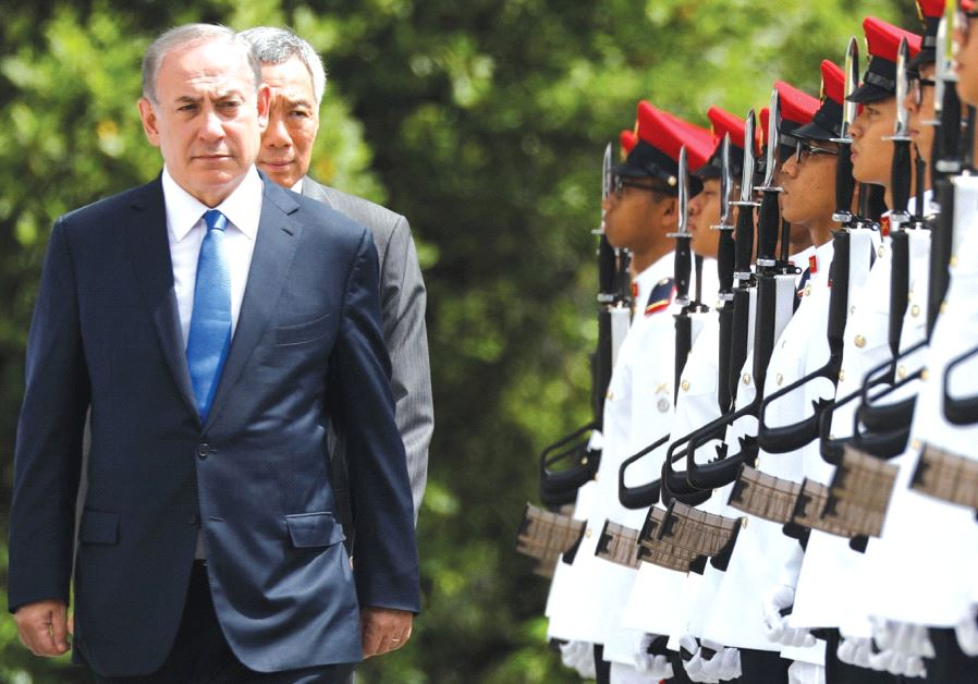 Prime Minister Benjamin Netanyahu inspects an honor guard with Singaporean Prime Minister Lee Hsien