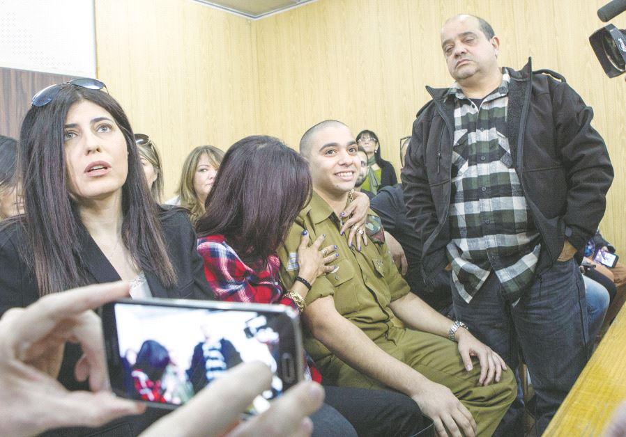 Le soldat Elor Azaria entouré de sa famille