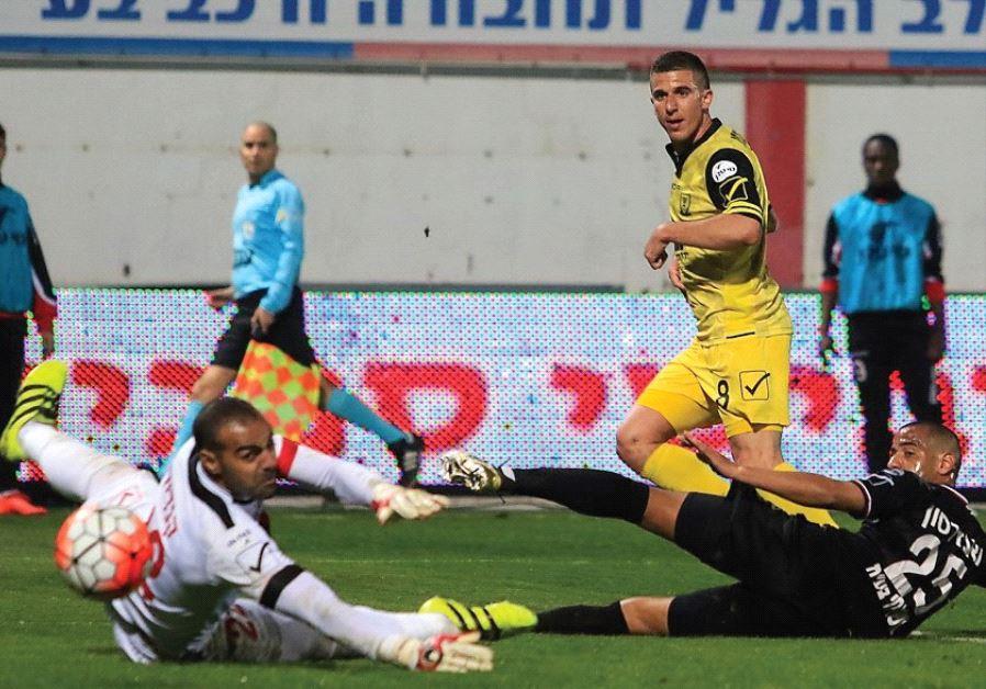 Beitar Jerusal em midfielder Idan Vered scores his team's second goal in last night's 2-0 win over B