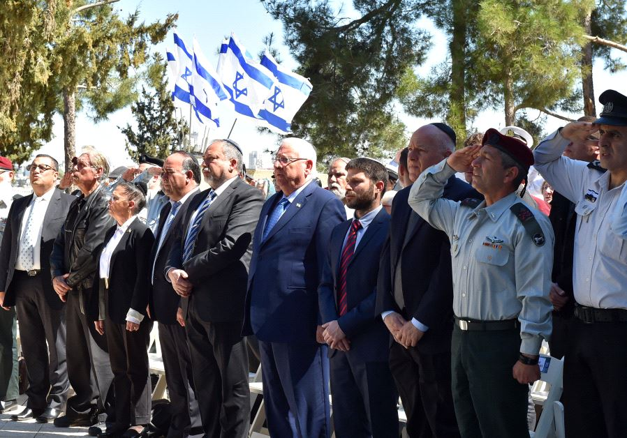 Reuven Rivlin and Avigdor Liberman at a ceremony on memorial day for fallen soldiers
