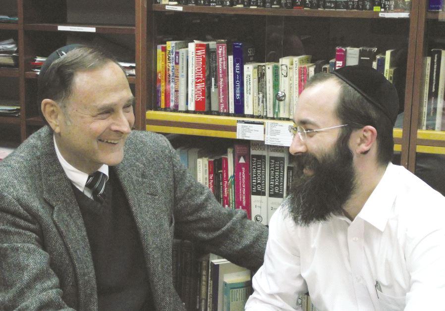 Le Dr Yisrael Levitz (à gauche) avec un de ses anciens stagiaires à l'Institut de la famille